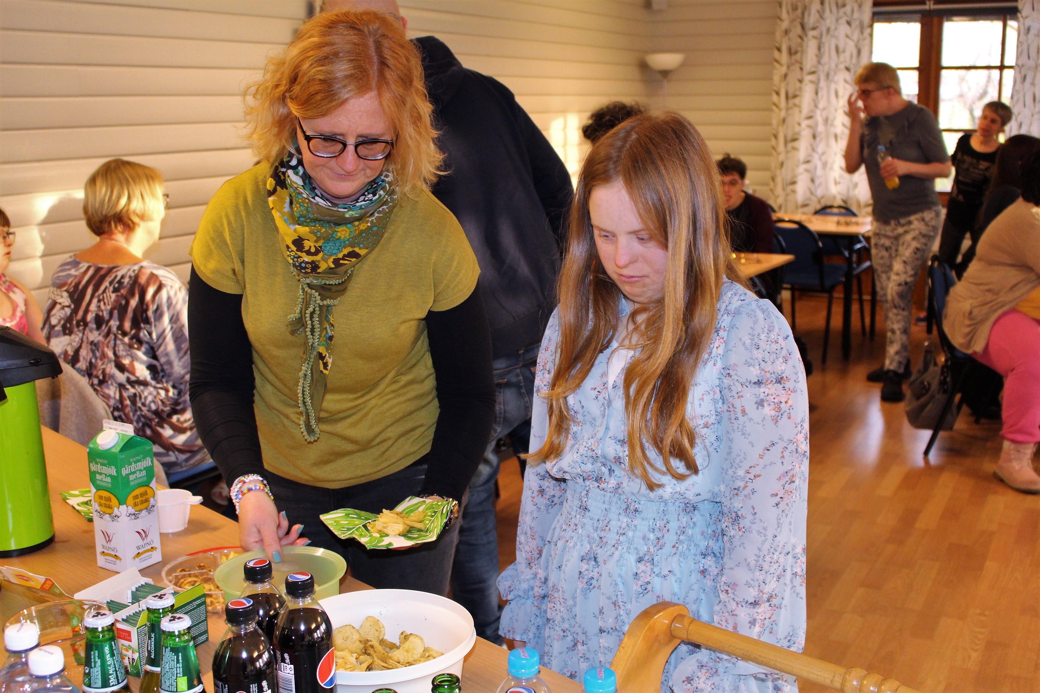 Sofia och Ebba tar mat