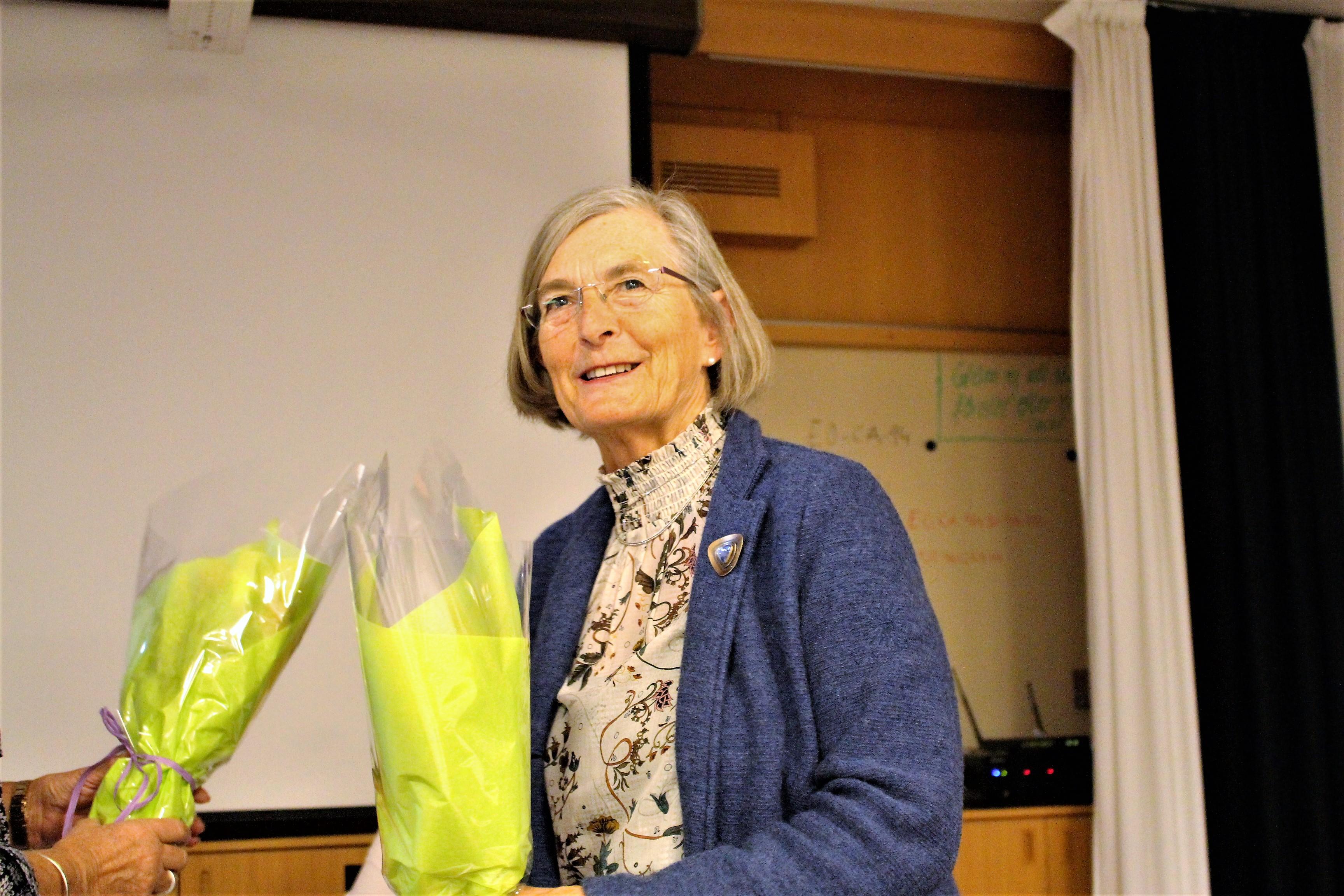Monica som var ordförande för dagens möte har fått blommor