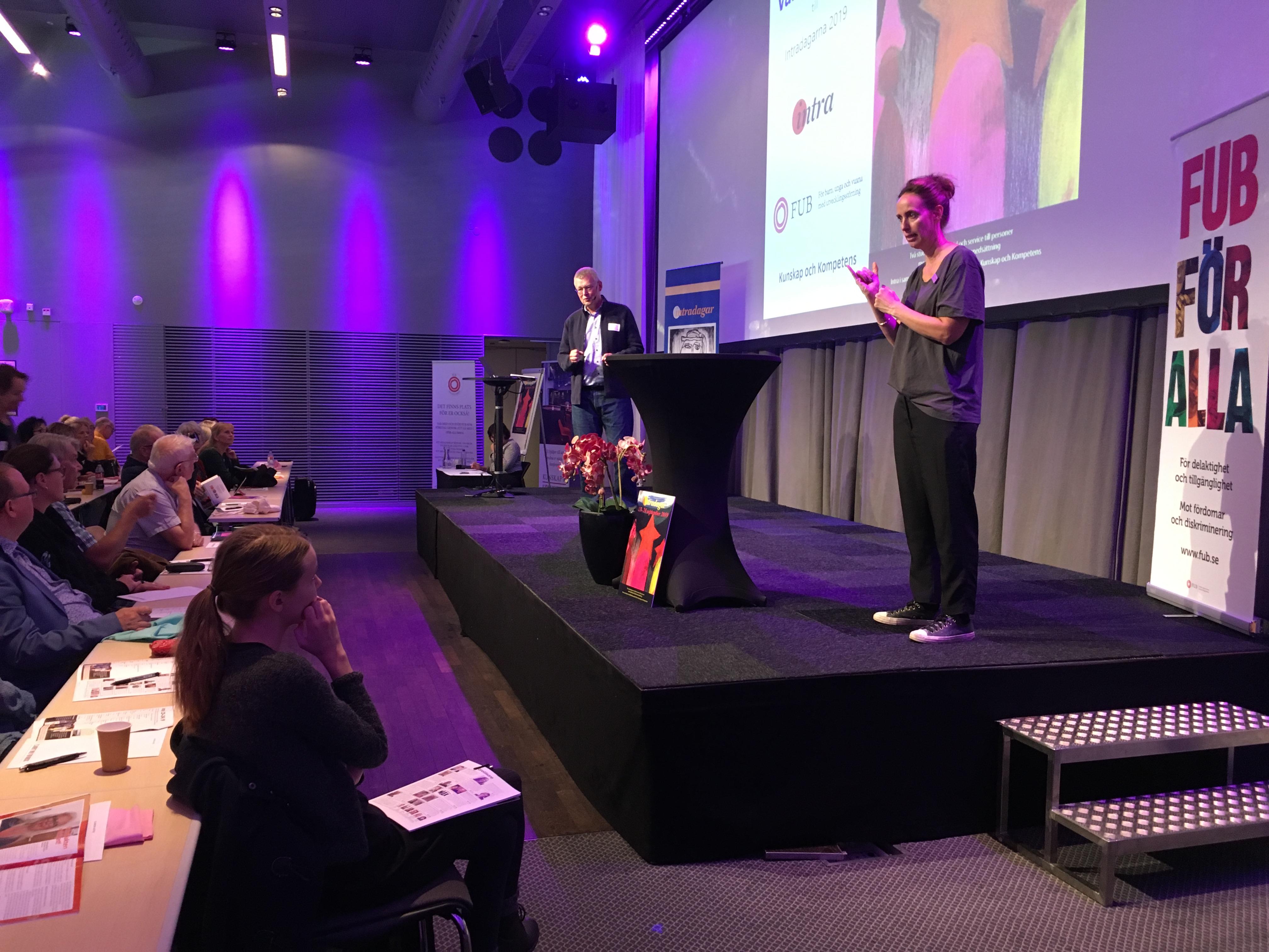 Intradagarna 2019: Egon Rommedahl föreläser, teckenspråkstolk och liten del av publiken syns
