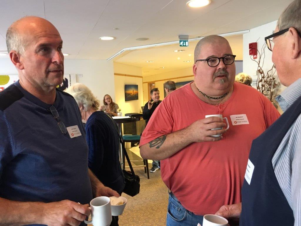 LSS-dag i Östersund: Samtalen fortsätter i kaffepausen.