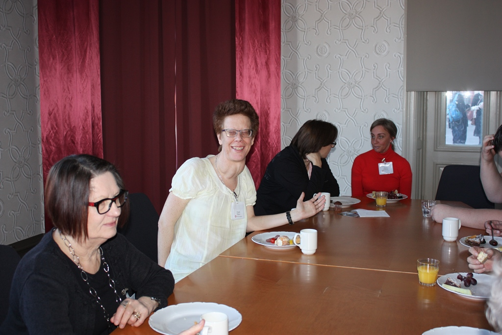 Fikapaus och samtal, Ingela Olsson ler mot kameran
