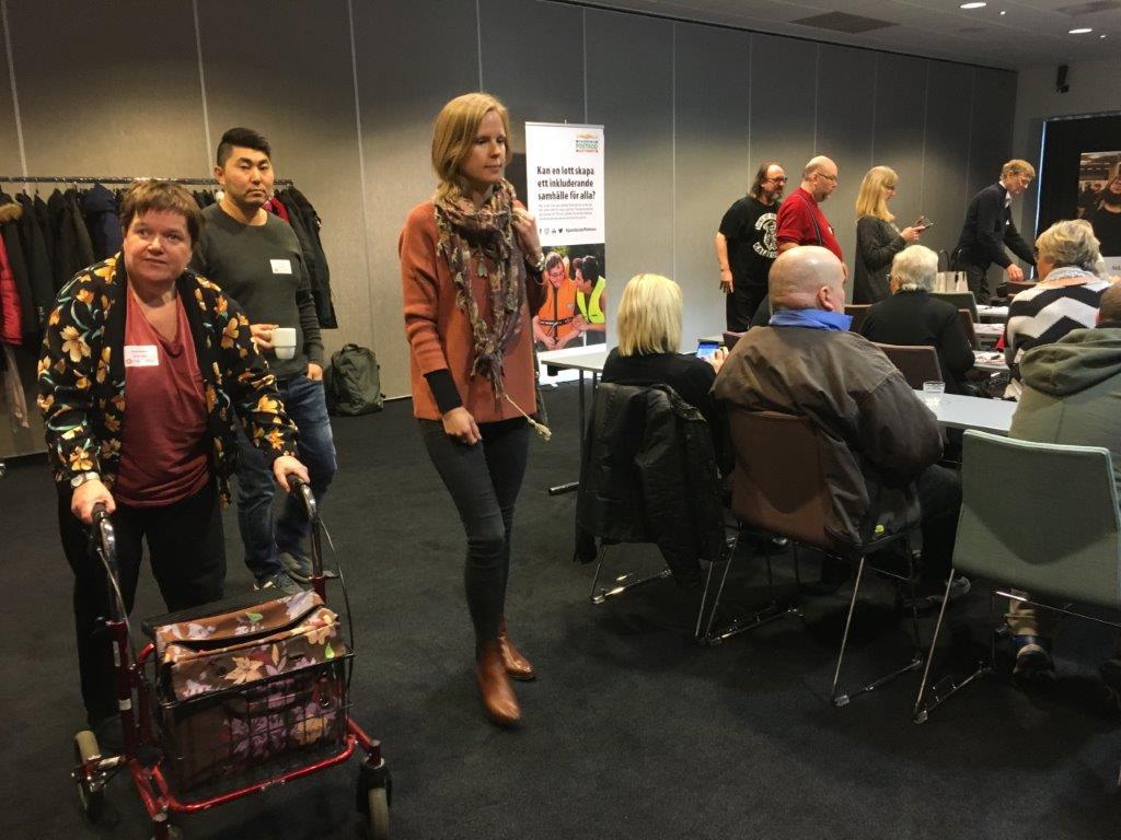 LSS-dag Malmö 2017 Yvonne Axelsson och andra deltagare är på väg in.