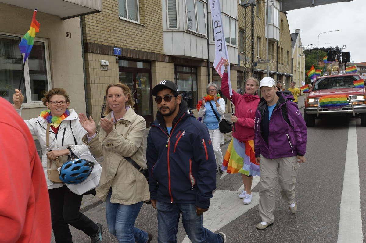 Hallands Nyheter har fångat FUB i Pridetåget