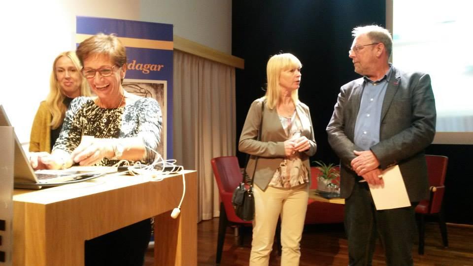 RoS-gruppernas Lena Lagren och Anna Högberg, vid sidan talar Lotta Löfgren Mårtenson med Hans Hallerfors
