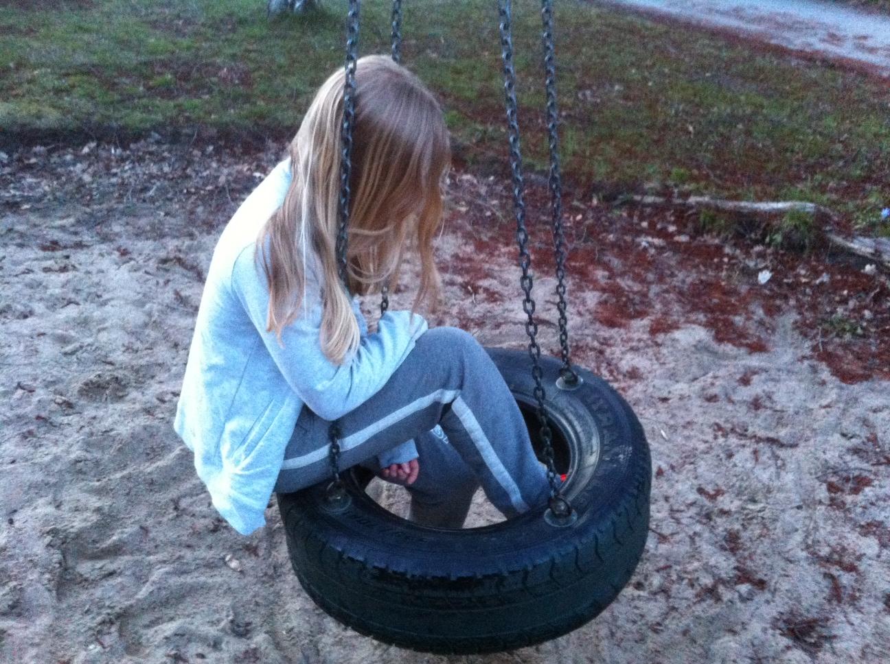 Ett barn sitter i en gunga