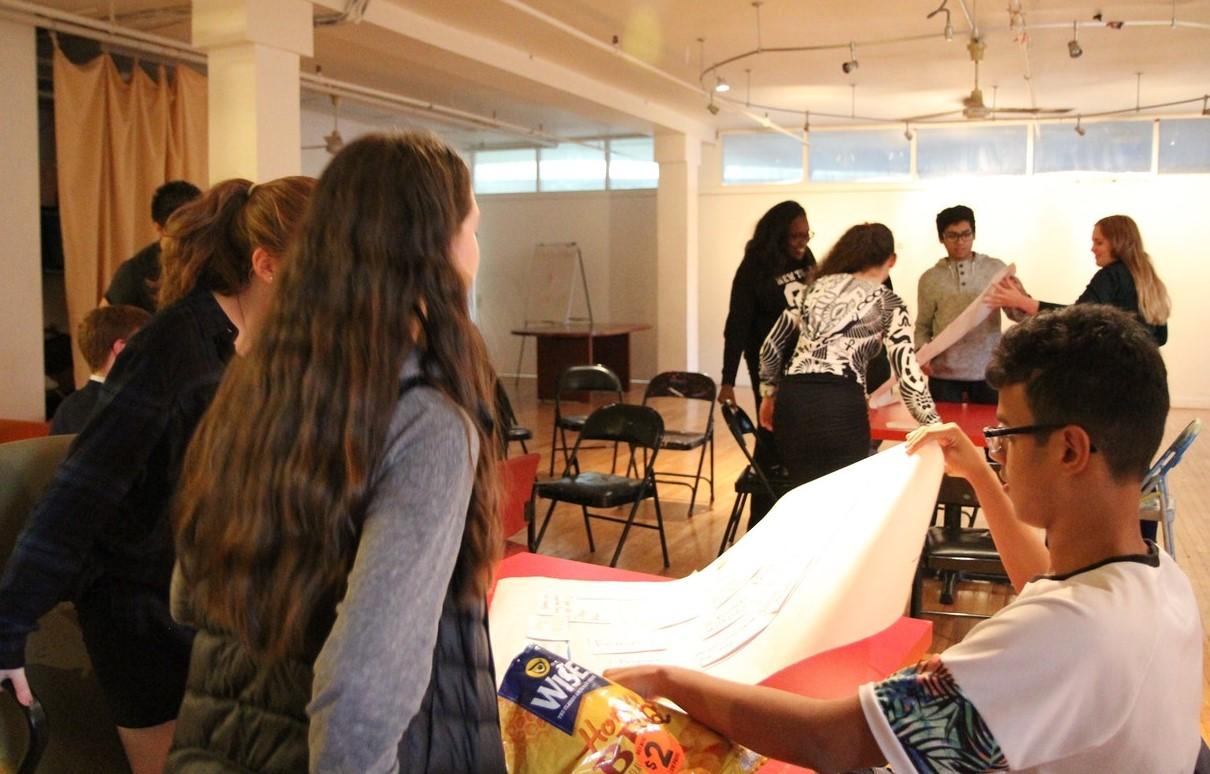 elever samarbetar i ett klassrum