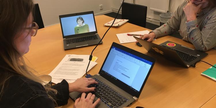 forbundsjurist_julia_henriksson_och_ombudsman_judith_timoney_foljer_lss-uredningens_presskonferens
