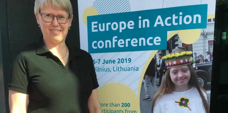 europe_in_action_vilnius_anna_hildingsson_vid_rollup_beskuren