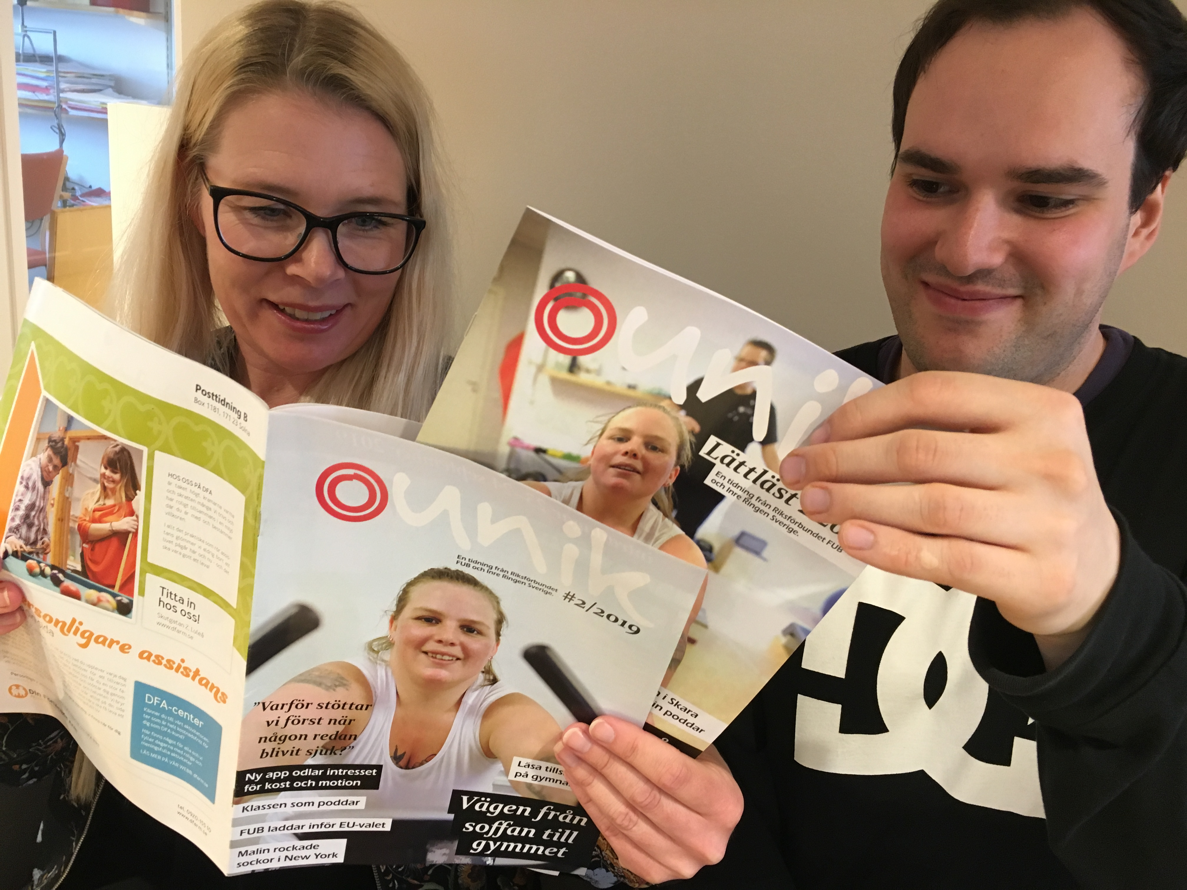 Pia Sandberg och Attila Fabian läser FUB:s medlemstidning Unik