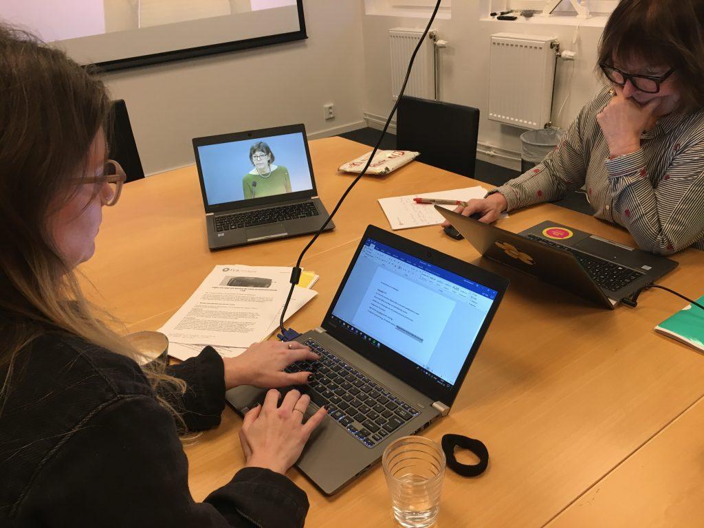 Förbundsjurist Julia Henriksson och ombudsman Judith Timoney följer LSS-utredningens presskonferens.