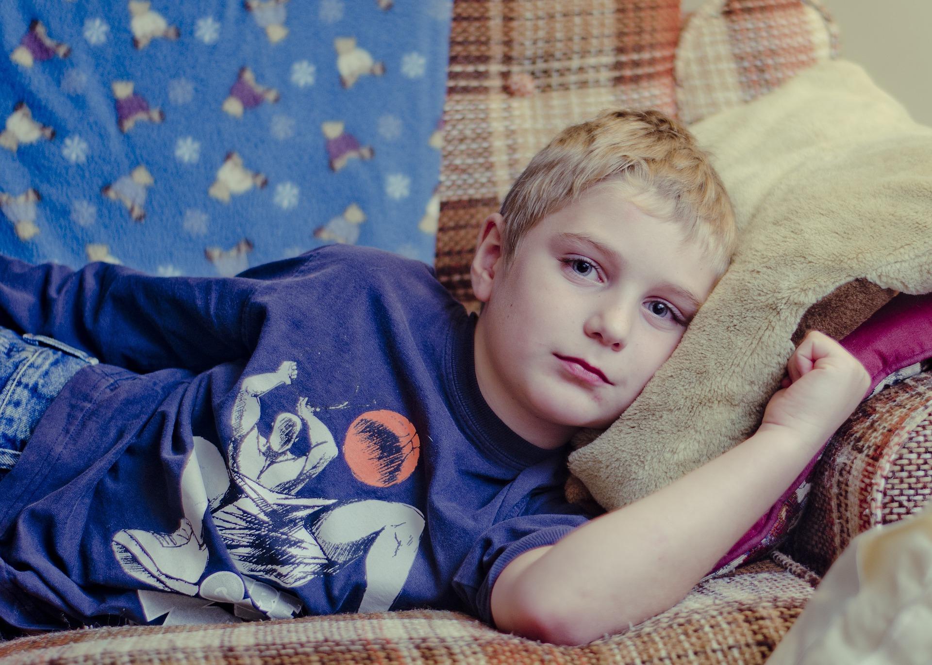 Barn som ligger i soffa Foto: Rachel Bostwick