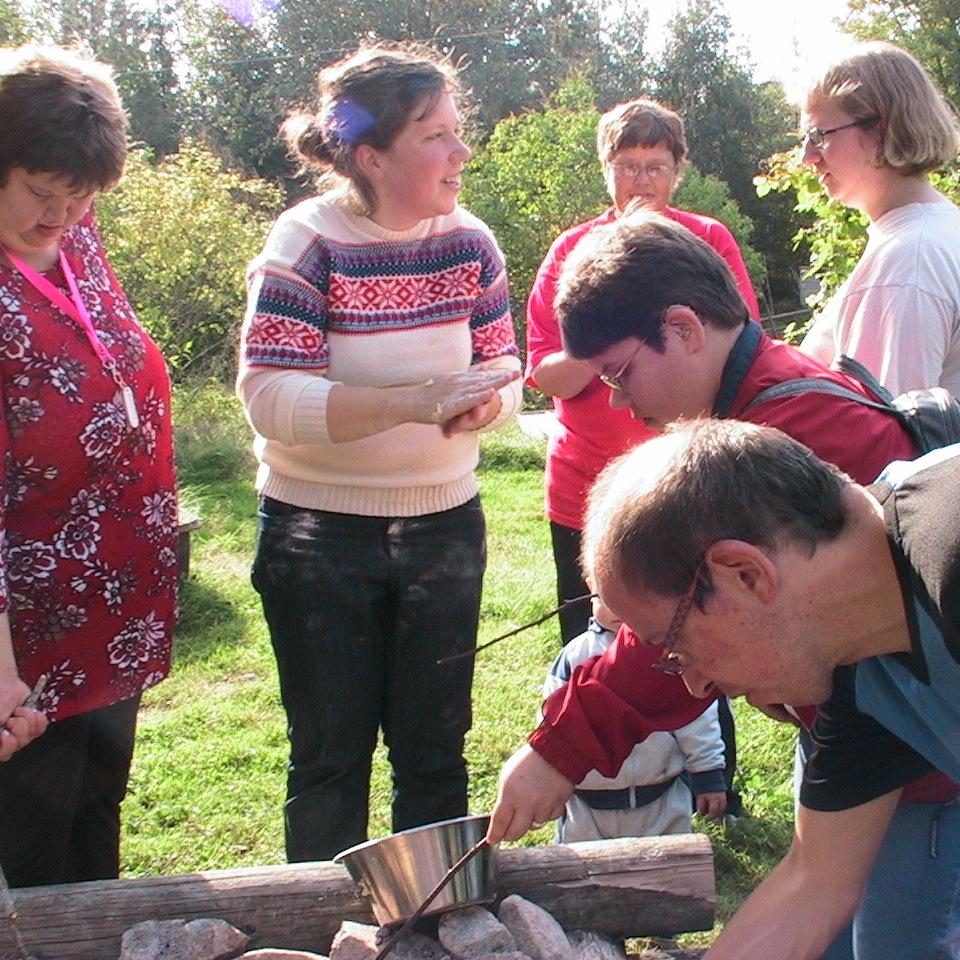 Klippan Woxnadalen grillar korv. Bilden är från 2006.