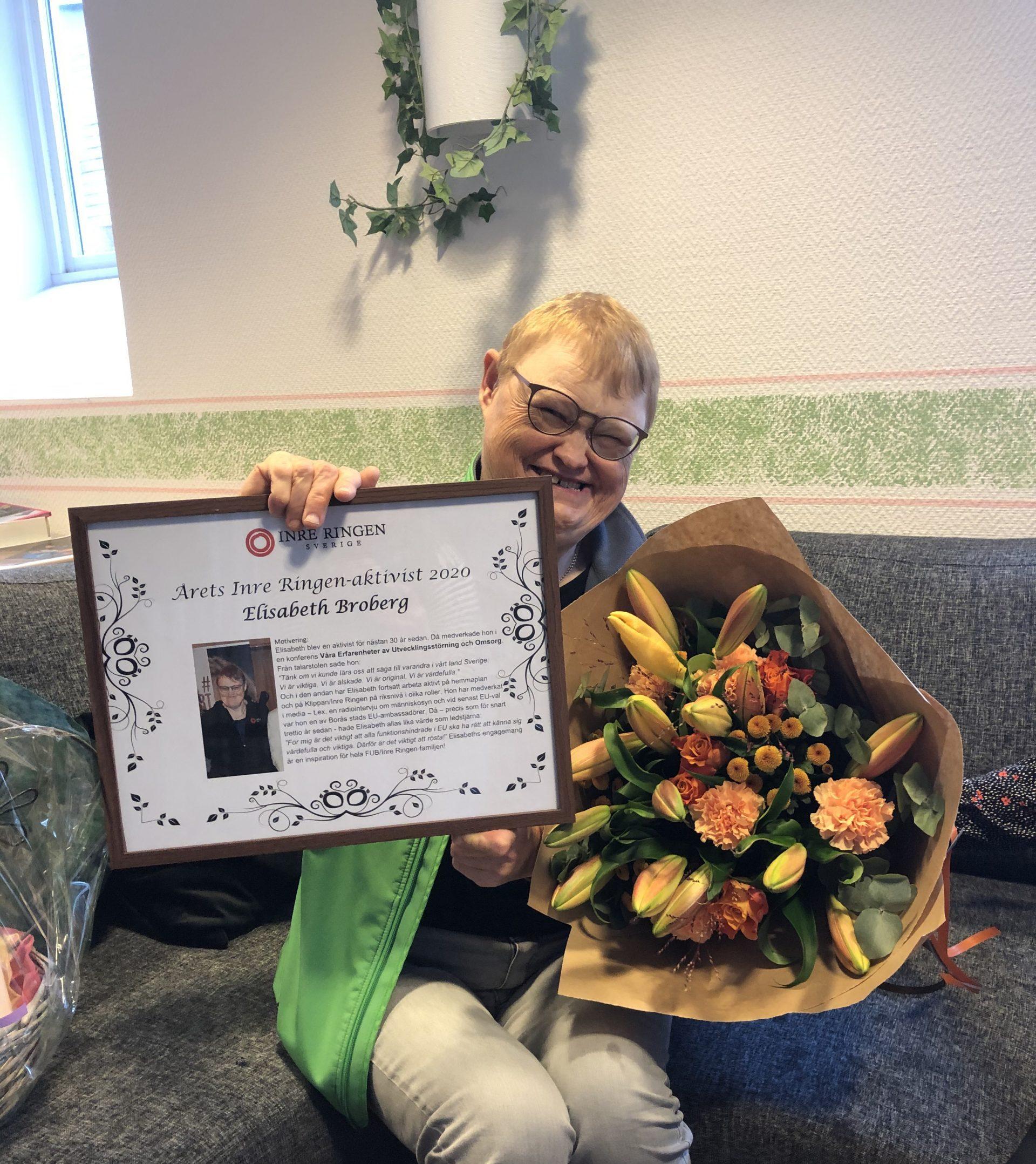 Elisabeth Broberg med diplom och blombukett