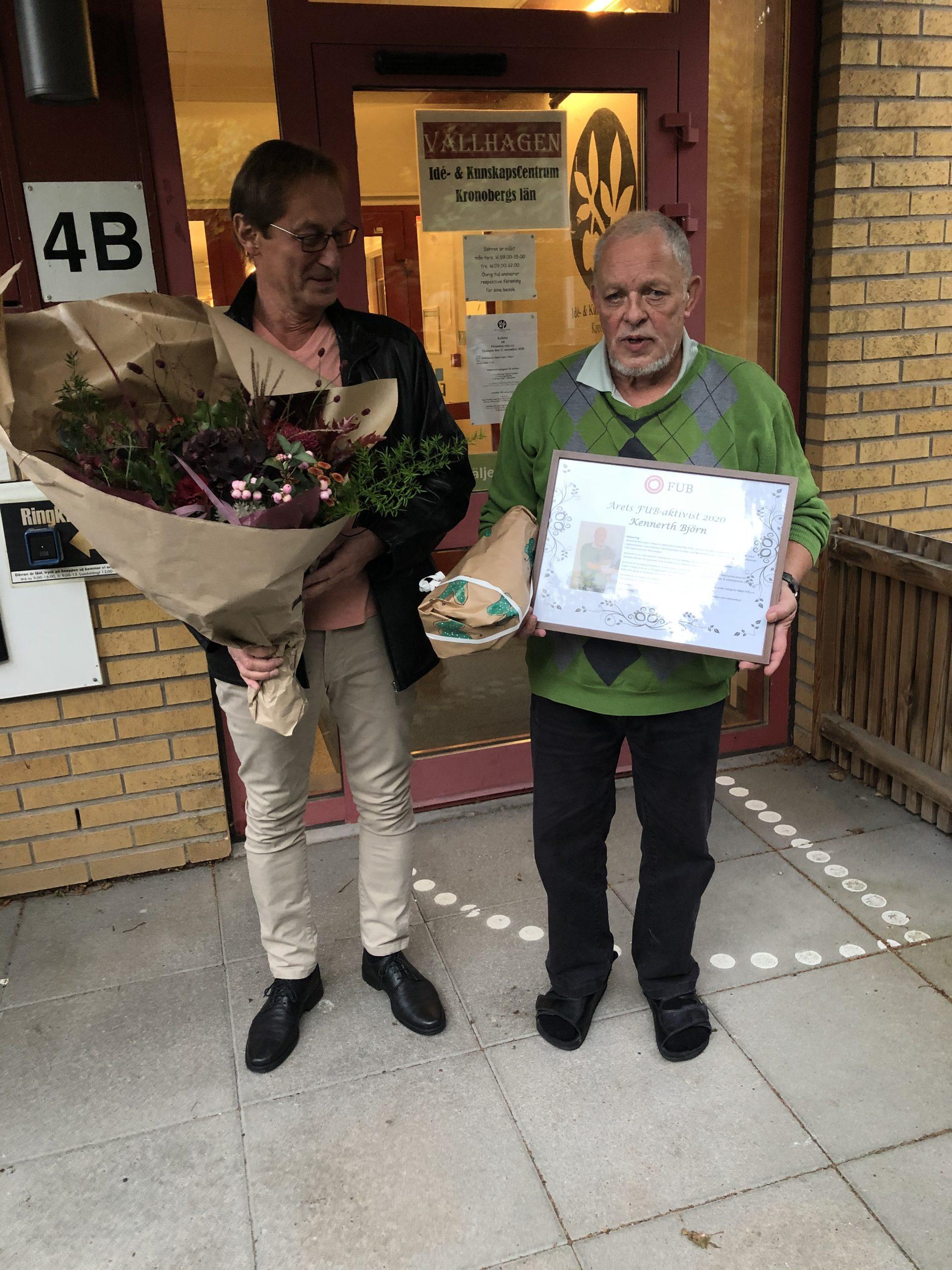 Gert Iwarsson och Kennerth Björn med blombukett och diplom