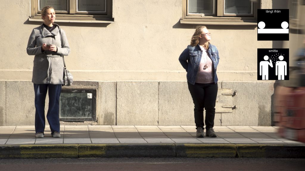 Ida Wik (till höger) visar att hålla avstånd i kön till bussen
